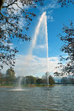 Fontanna na jeziorze Obrazy Royalty Free