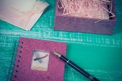 Fontanna na papieru liście na drewnie Obrazy Stock