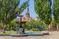 Fontanna na tle Annunciation katedra (Kharkiv) Fotografia Royalty Free