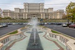 Fontanna przed pałac romanian parlament w Bucharest obraz stock