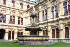 Fontanna przed Wiedeń operą Fotografia Stock