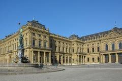 Fontanna przed Wuerzburg siedzibą na słonecznym dniu fotografia stock