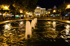 Fontanna przy Hviezdoslav kwadratem Bratislava w nocy obrazy stock