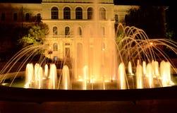 Fontanna przy noc zdjęcia royalty free