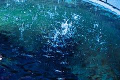 Fontanna staw z obcieknięcie wodą obraz stock