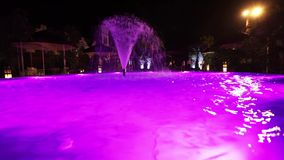 Fontanna w basenie z oświetleniem zbiory