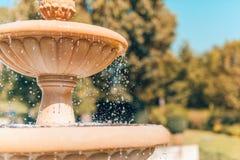 Fontanna w japończyka ogródzie z waterdrops i zamazanym tłem Obrazy Stock