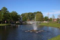 Fontanna w kanale w Leiden, holandie zdjęcia stock