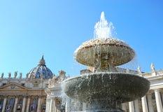 Fontanna w kwadracie przed St Peter ` s katedrą Watykan, Watykański stan obraz stock