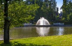 Fontanna w lato parku na jeziorze Zdjęcie Stock
