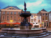 Fontanna w nocy mieście Gorinchem. Holandie obrazy royalty free