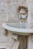 Fontanna w pałac podwórzu Obrazy Royalty Free