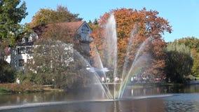 Fontanna w parku na jaskrawym słonecznym dniu tęcza zbiory