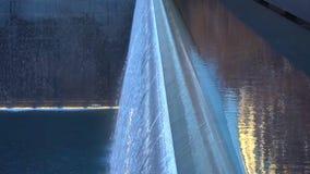 Fontanna w parku przy nocą, Miasto Nowy Jork/- usa Widok lower manhattan/Grudzień 19, 2018 fotografia stock