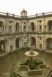 Fontanna w podwórzu klasztor rycerze Chrystus i templariusza kasztel, zakładający Gualdim Pais w 1160 reklamie, jest Unesco zdjęcie stock
