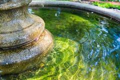 Fontanna z pokojową zieleni wodą Zdjęcia Stock