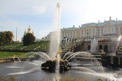 Fontanna z strumieniem woda, upwards pozłocista baza i St Petersburg fotografia stock