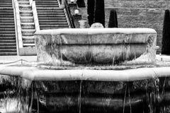 Fontanna z wodą bieżącą na tle schodki Fotografia Stock
