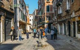 Fontanna z wodą pitną w ulicach Wenecja obrazy stock