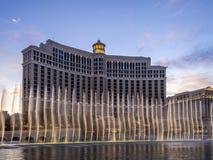 Fontanny Bellagio kasyno przy półmrokiem i kurort Obraz Stock