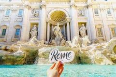 Fontanny dziewczyny i Trevi ` s wręcza trzymać kawałek papieru z pisać list Rzym Zdjęcie Royalty Free