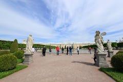 Fontanny i rzeźby w wierzchu parku Peterhof Obraz Stock