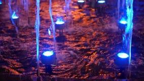 Fontanny iskrzastej wody noc zdjęcie wideo
