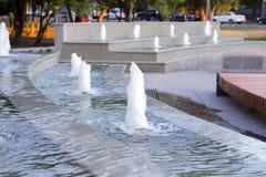 Fontanny lśnienie w wieczór słońcu w miasto parku Zdjęcie Stock