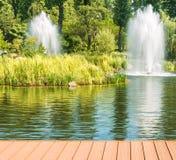 Fontanny na jeziorze w kształtują teren parkowego Mezhigirya blisko Kijów, Ukraina Obrazy Stock