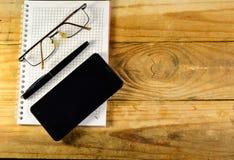 Fontanny pióro, smartphone i szkła na notatniku, Fotografia Stock