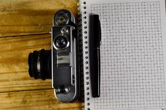 Fontanny pióro, stara kamera i notatnik na drewnianym stole, Zdjęcia Stock