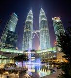 Fontanny przedstawienie przy nocą przed Petronas bliźniaczymi wieżami Fotografia Royalty Free