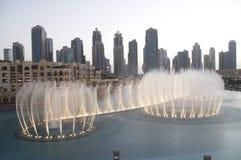 Fontanny przy Dubaj centrum handlowym obraz royalty free