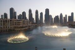 Fontanny przy Dubaj centrum handlowym fotografia royalty free