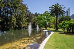 Fontanny w rzędu domu uprawiają ogródek blisko Perth CBD Zdjęcie Royalty Free