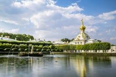 Fontanny w wierzchu parku w Peterhof, St Petersburg Zdjęcia Stock