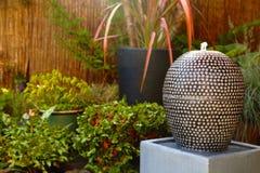 Fontanny wody cecha w ogrodowym jardzie zdjęcia royalty free