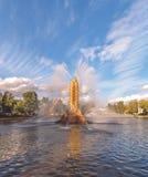 Fontanny wznawiającego «Kolos Złoty kolec przy VDNH Tęcza w fontannie zdjęcie stock