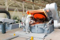 Fonte à une usine métallurgique Flaque en métal fondu Images libres de droits