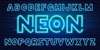 fonte al neon blu di 80 s una retro Lettere futuristiche del cromo Alfabeto luminoso su fondo scuro Segno leggero di simboli per  Fotografia Stock