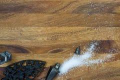 Fonte antique avec le dispositif trembleur de sel terni sur le backgroun en bois photographie stock