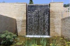Fonte artificial da água de queda foto de stock royalty free