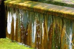 Fonte artificial da água de queda imagens de stock