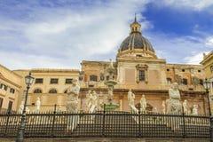 Fonte barroco com as estátuas na praça Pretoria em Palermo, Sicília fotografia de stock royalty free