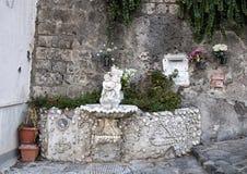 Fonte bebendo ornamentado com estátua pequena de um querubim que guarda um golfinho, Marina Grande, Sorrento Fotografia de Stock Royalty Free