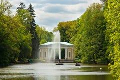 Fonte bonita no lago no parque de Sofiyivsky em Uman, Ucrânia Foto de Stock