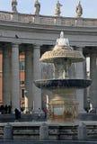 Fonte bonita no quadrado do Vaticano fotos de stock