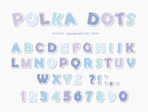 Fonte bonito dos às bolinhas no azul pastel Letras e números de papel de ABC do entalhe Alfabeto engraçado ilustração stock