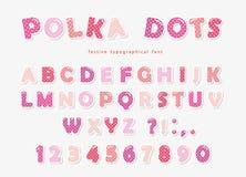 Fonte bonito dos às bolinhas no rosa pastel Letras e números de papel de ABC do entalhe Alfabeto engraçado para meninas ilustração stock