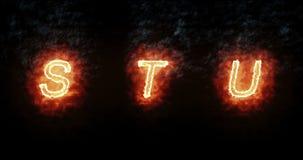 Fonte bruciante s, t, u, testo di parola del fuoco con la fiamma e fumo su fondo nero, concetto della decorazione di alfabeto di  illustrazione di stock